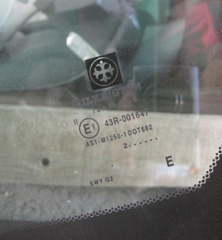 Pilkington logo egy beszerelésre váró szélvédőn - György és Társa Bt. - autouvegtata.hu