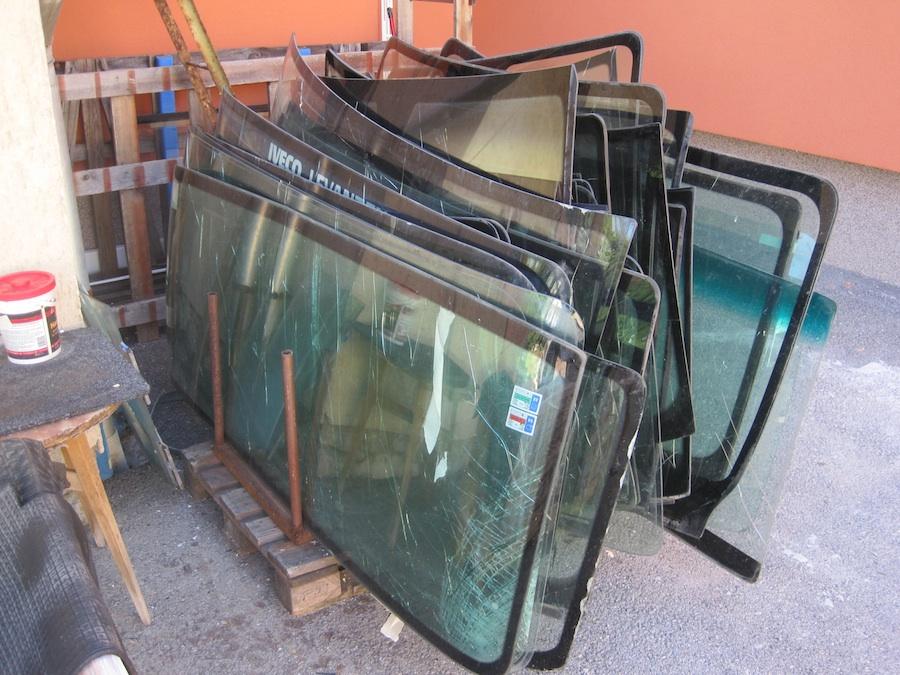 Törött autóüvegek a György és Társa Bt. telephelyén
